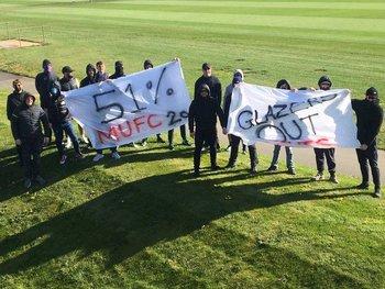 Los fanáticos quieren que los dueños del club se vayan