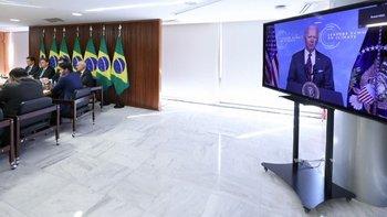 El gobierno de Brasil, con Jair Bolsonaro a la cabeza, escucha el discurso de Joe Biden durante la Cumbre del Clima