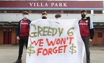 Fanáticos del Aston Villa protestan contra la Superliga europea