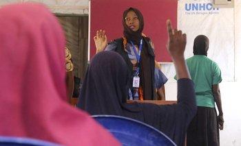 Alumnas levantan la mano durante una clase en el Alto Comisionado de las Naciones Unidas para los Refugiados