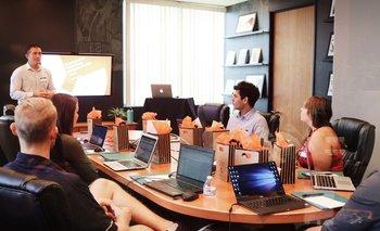 Trabajadores durante una reunión empresarial