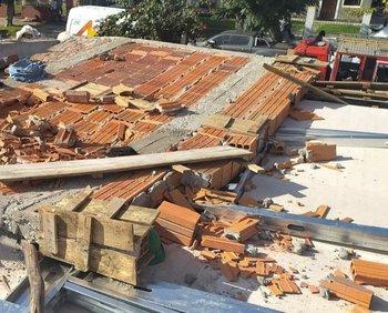 Una pared en construcción se derrumbó encima de tres trabajadores