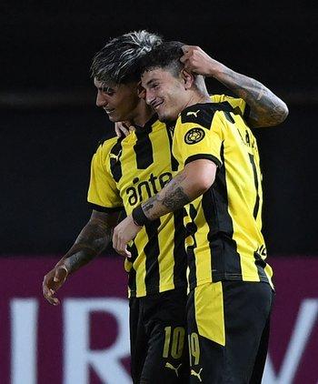 Agustín Álvarez celebra su primer gol con Facundo Torres