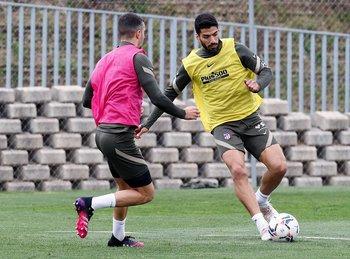 Luis Suárez en el entrenamiento de este viernes, con pelota y marca
