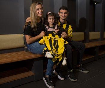 El Canario Álvarez Martínez con Thalía, su pareja, y su hija Julia, a la hora de firmar un nuevo vínculo con Peñarol