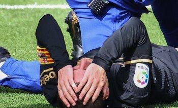 Lionel Messi se toma la cabeza en el piso luego de recibir la falta contra Villarreal