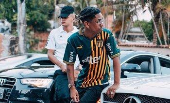 PL Quest, el rapero brasileño con la camiseta de Peñarol
