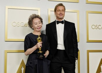 Yuh-Jung Youn y Brad Pitt