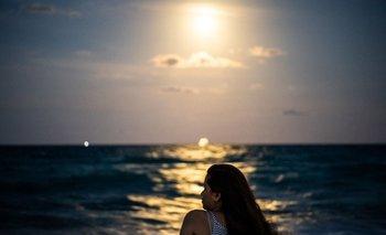 Una mujer sentada en la playa de Miami Beach