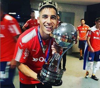 Leandro Fernández con el trofeo de la Copa Sudamericana que ganó en 2017 con Independiente