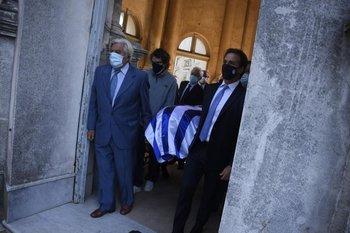 Lacalle padre e hijo llevan el féretro de Gonzalo Aguirre.