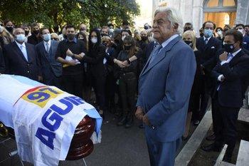 Lacalle junto al féretro de Gonzalo Aguirre, quien fue vicepresidente durante su gestión