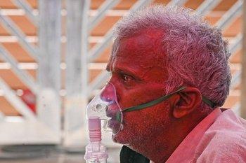 Ante el colapso de hospitales por el covid-19, en India administran oxígeno en las calles