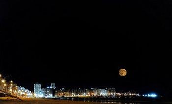 Doble exposición con la herramienta Snapseed de la superluna y la playa Pocitos