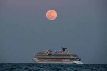El crucero Carnival Vista en la costa de Miami, el 26 de abril.