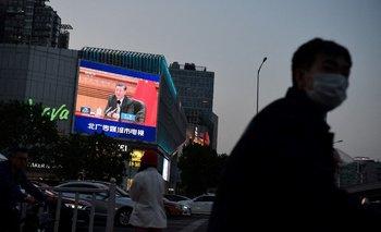 Ciudadanos chinos caminan con tapabocas