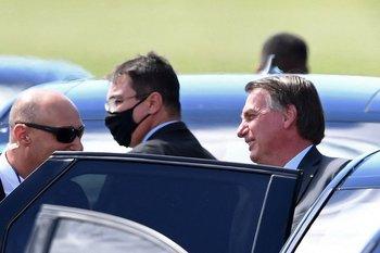 El presidente brasileño Jair Bolsonaro abandona el Palacio de la Alvorada en Brasilia.