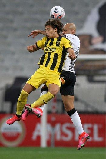 Canobbio lucha de arriba con Fabio Santos