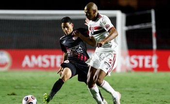 Franco Pérez marcado por Bruno Alves