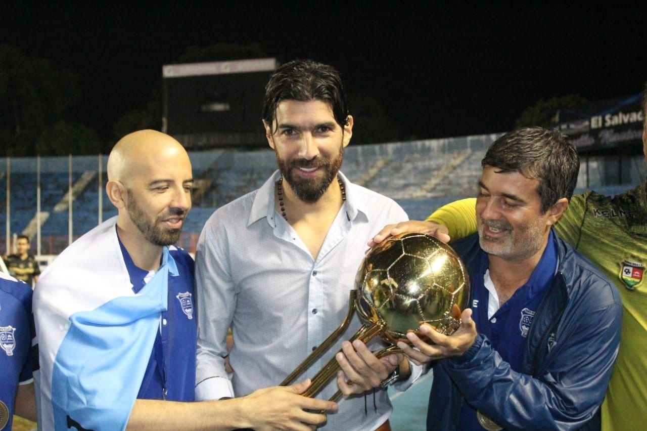 El Loco Abreu debutó como técnico y se coronó campeón