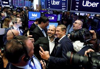 El director ejecutivo de Uber, Dara Khosrowshahi, junto a uno de sus cofundadores durante el debut bursátil