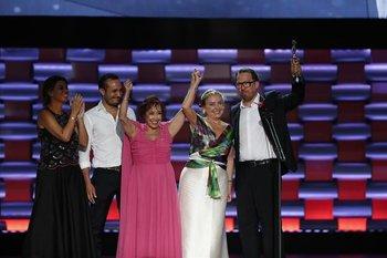 La productoraa uruguaya Agustina Chiarino (izquierda) festeja junto al elenco de Las Herederas