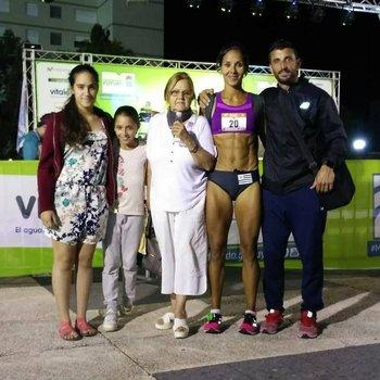 Lorena Sosa junto a su familia: hijas, esposo y abuela