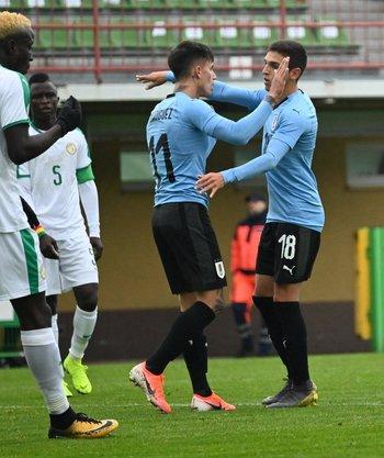 Sanabria y Brian Rodríguez celebran uno de los goles de Uruguay