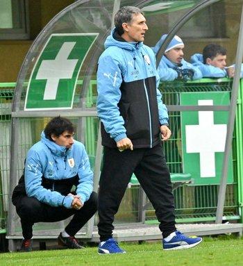 Gustavo Ferreyra observa a su equipo