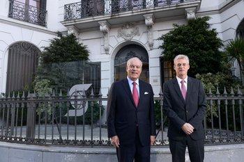 Brian Porter (izquierda) CEO global de Scotiabank y el CEO de Uruguay Horacio Correge.