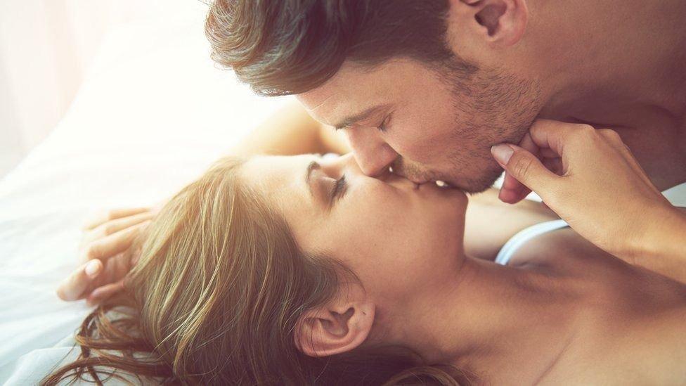 Relaciones sexuales: tener sexo retrasa menopausia, según estudio