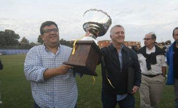 Jorge Barrera y Rodolfo Catino celebran el título del Apertura con la copa