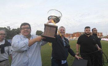 El presidente Jorge Barrera con la Copa por el título del Apertura que ganó Peñarol