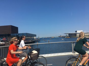 Ciclistas en un puente en la zona de Strandgade, Copenhague