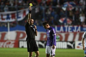 Andrés Matonte muestra una amarilla a Gonzalo Nápoli