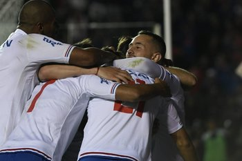 El abrazo en el gol de Amaral