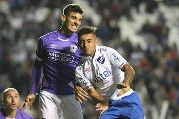 Ramírez disputa la pelota con Rabuñal