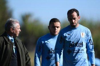 Diego Godín junto a Jonathan Rodríguez y Rafael Peña