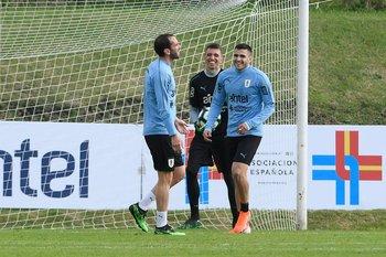 Muslera y Maxi Gómez parecen reírse de Godín