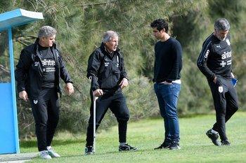 Matías Pérez dialoga con Tabárez y su cuerpo técnico