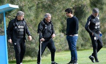 Matís Pérez junto a Tabárez y su cuerpo técnico