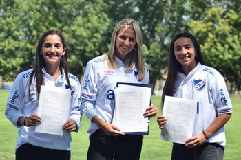 Josefina Villanueva, Antonella Ferradans y Esperanza Pizarro firmaron sus contratos profesionales el 28 de febrero