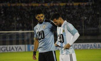 Luis Suárez junto a Lionel Messi, Uruguay y Argentina