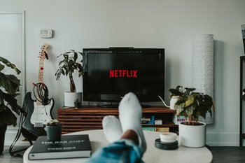 ¿Cómo es el algoritmo que nos recomienda series y películas en la plataforma de streaming?