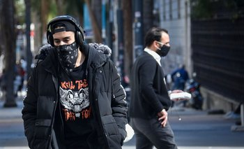 Personas caminando por Montevideo