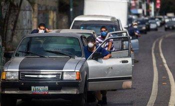 En Venezuela, Hay que pasar horas de calor en la fila, pero nadie enciende e aire acondicionado para ahorrar combustible
