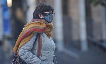 Mujer en la calle en tiempos de pandemia