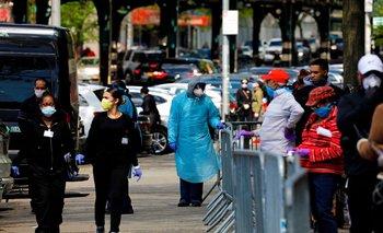Trabajadores de la salud asisten a personas que esperan hacerse el test de coronavirus en Nueva York, Estados Unidos