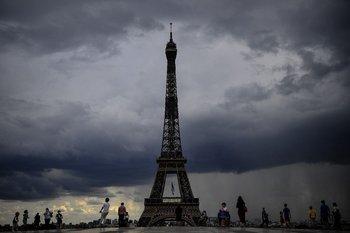 La Torre Eiffel frente a un cielo encapotado