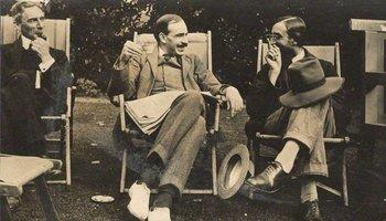 El escritor y filósofo Bertrand Russell, John Maynard Keynes y el escritor Lytton Strachey, del círculo de Bloomsbury, en 1915